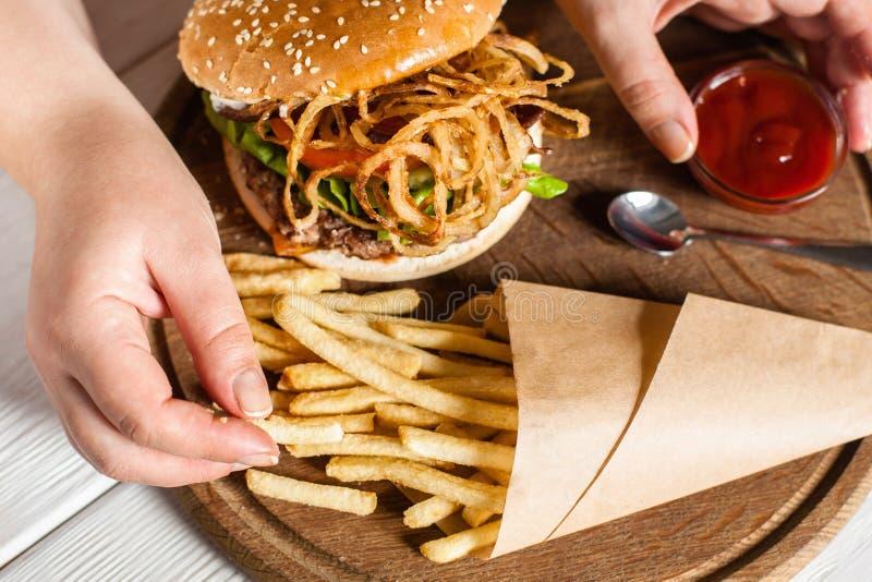Batatas fritas que comem a vista superior imagens de stock