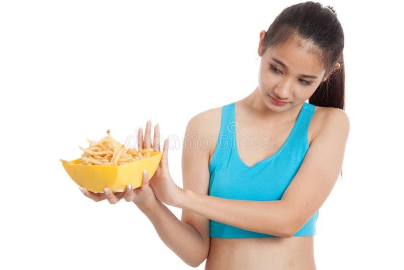 Batatas fritas saudáveis asiáticas do ódio da menina, comida lixo imagem de stock
