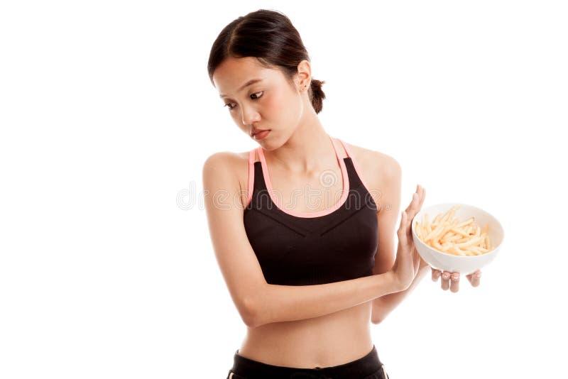 Batatas fritas saudáveis asiáticas do ódio da menina, comida lixo fotos de stock