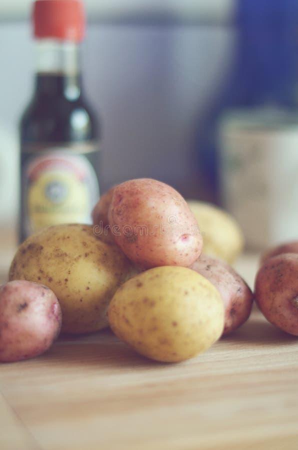 Batatas na cozinha fotografia de stock