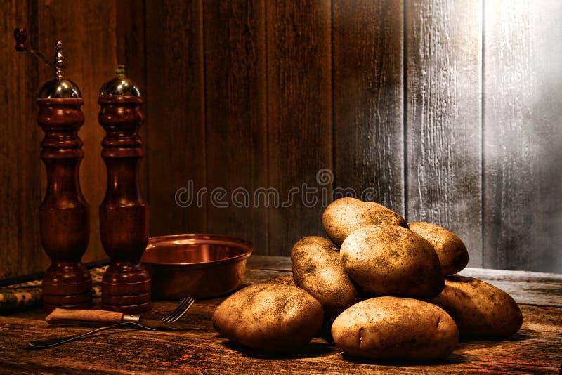 Batatas na tabela de madeira velha em uma cozinha antiga imagens de stock royalty free