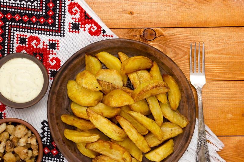 Batatas rústicas com bacon e molho fotos de stock royalty free