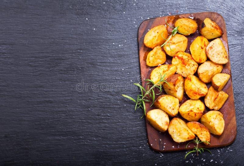 Batatas Roasted com rosemary foto de stock royalty free