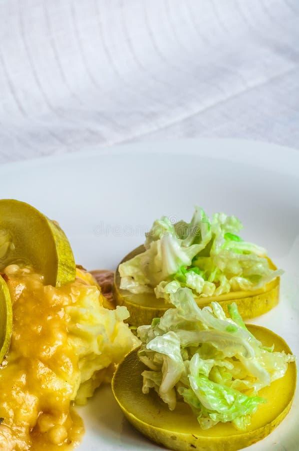 Batatas trituradas, fatias da carne do polytoe do molho da carne fritada Salada da couve chinesa fotos de stock