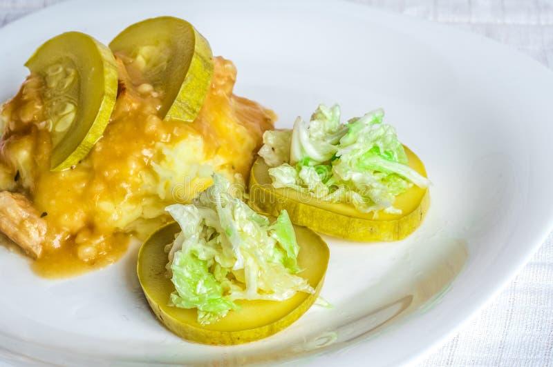 Batatas trituradas, fatias da carne do polytoe do molho da carne fritada Salada da couve chinesa fotos de stock royalty free