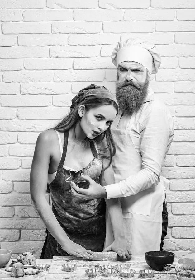 Batch αρτοποιών Baker και κορίτσι με τον κόπτη αστεριών στοκ εικόνες με δικαίωμα ελεύθερης χρήσης