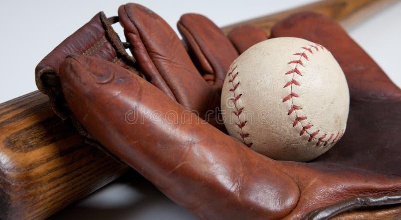 Bate de béisbol, mitón y bola antiguos imagen de archivo