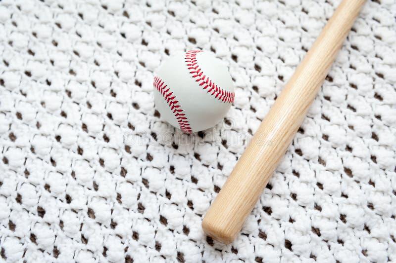 Bate de béisbol y bola del juguete para los niños fotografía de archivo libre de regalías