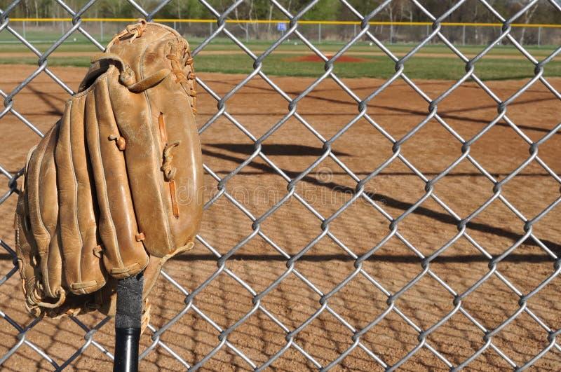 Bate de béisbol y guante fotos de archivo