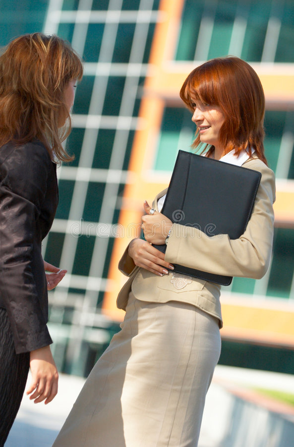 Bate-papo das mulheres de negócios   imagens de stock royalty free