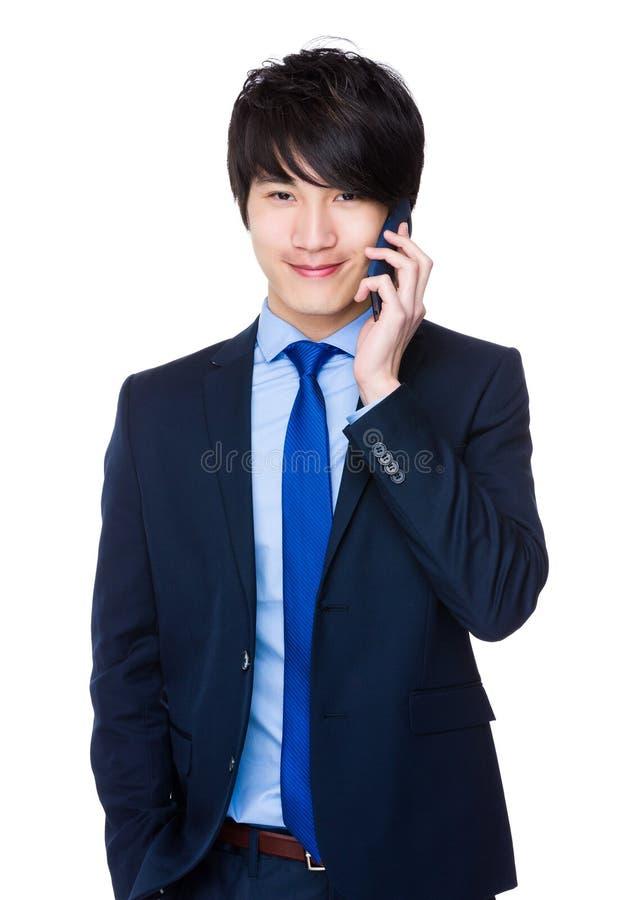 Bate-papo novo do homem de negócios no telefone celular imagem de stock