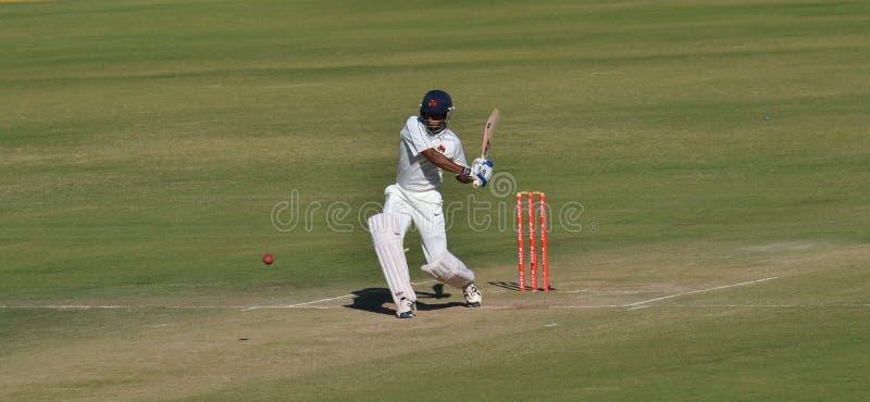 Bateador que intenta un tiro durante el trofeo Cric de Ranji fotografía de archivo