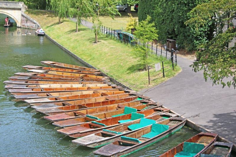 Bateas en la leva del río imagenes de archivo