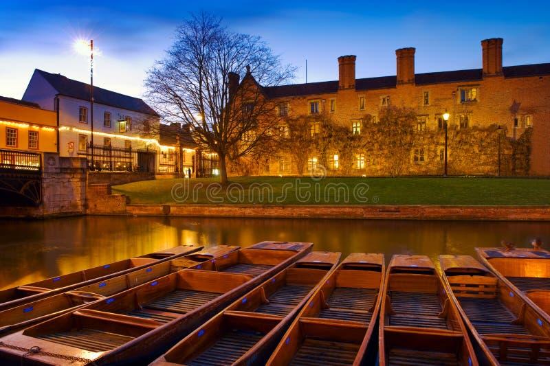 Bateas en la leva del río - Cambridge, Inglaterra foto de archivo