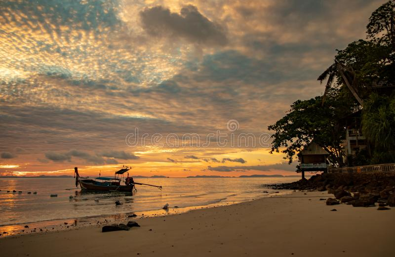Bateau à queue longue dans la mer d'Andaman, Thaïlande - paradis tropical images stock