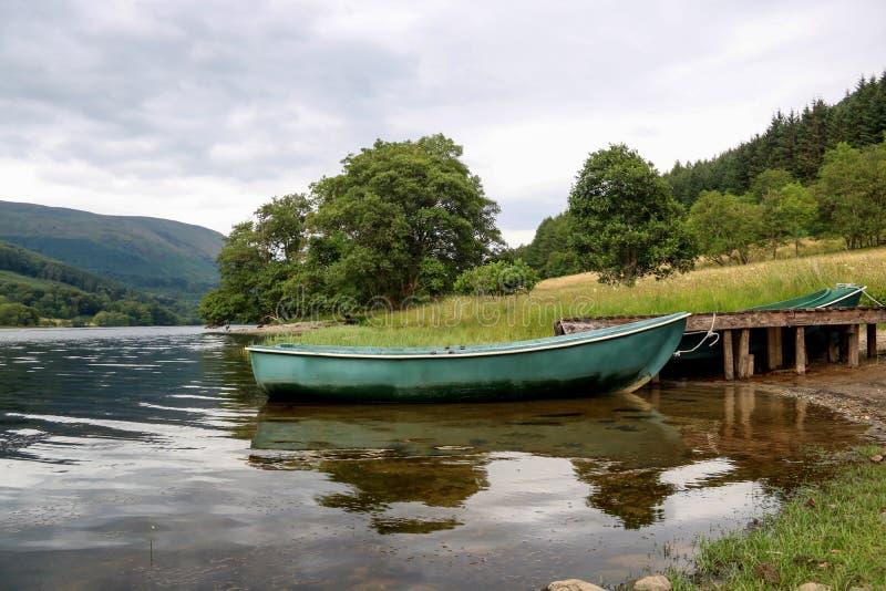 Bateau à rames amarré à un loch écossais photographie stock libre de droits