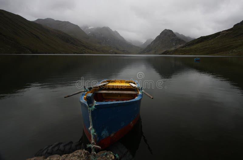 bateau à rames d'origine de lac alpestre images stock