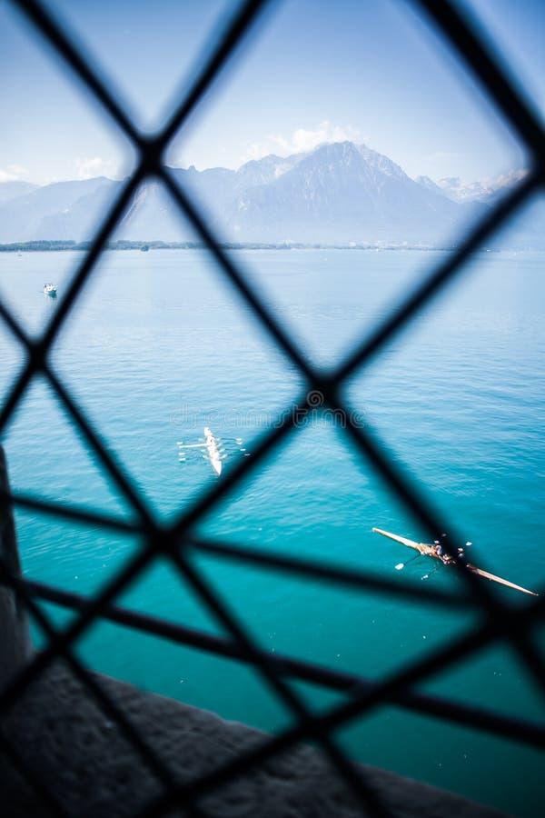 Bateau à rames et Alpes photographie stock libre de droits