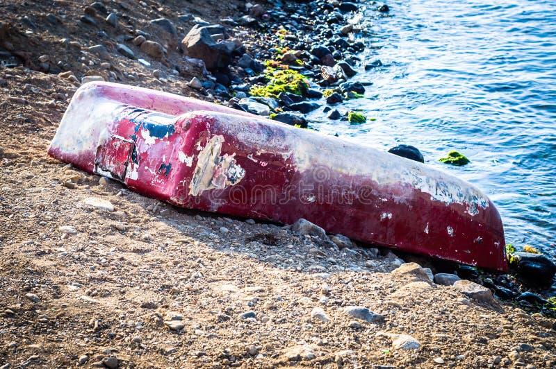 Bateau à rames à l'envers sur le bord de la mer de Marmara - Turquie photographie stock libre de droits