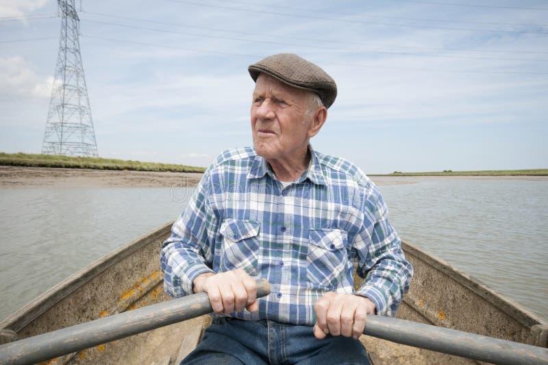 Bateau à rames plus âgé d'homme images libres de droits