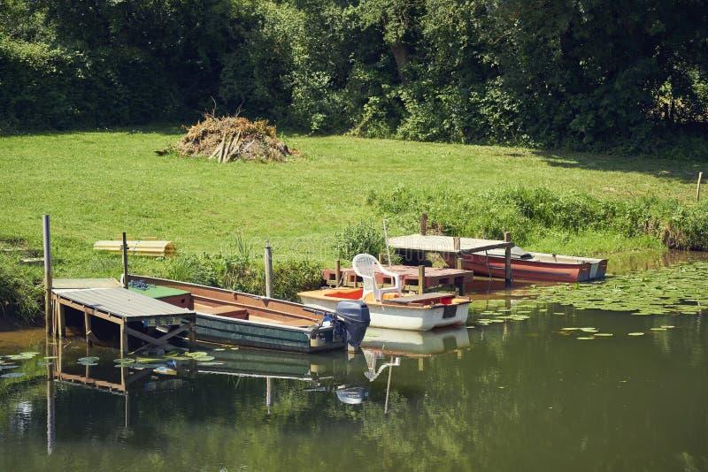 Bateau à rames trois de rivage de canal image stock