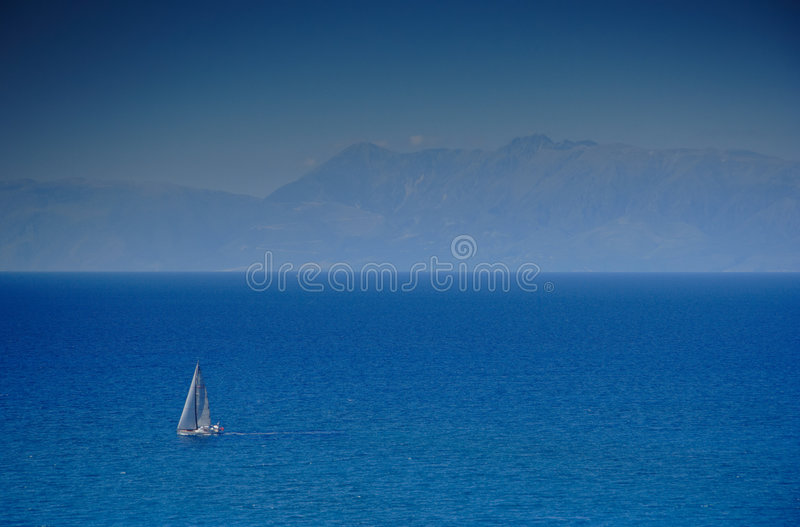 Bateau à voile à une mer ouverte photographie stock