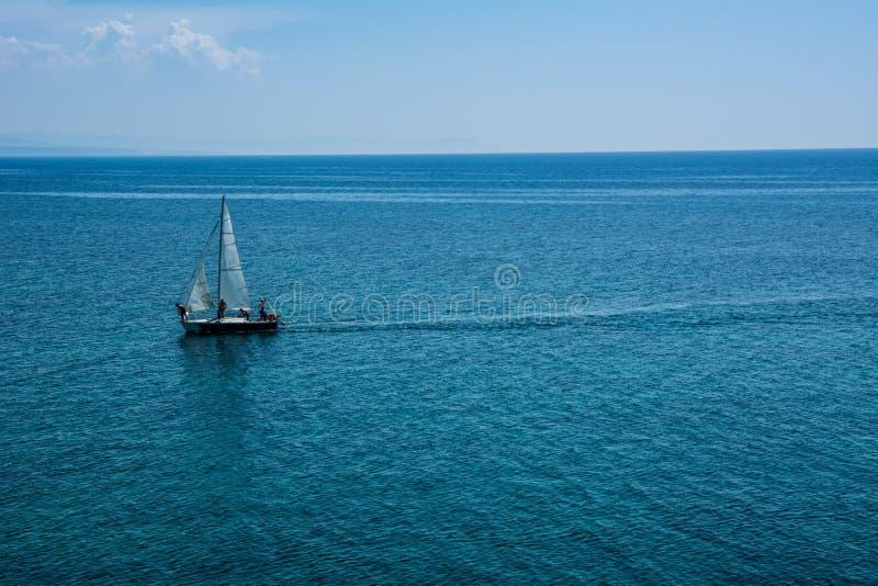 Bateau à voile à une mer ouverte photos libres de droits