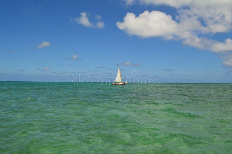 Bateau à voile avec Crystal Clear Caribbean Waters images libres de droits