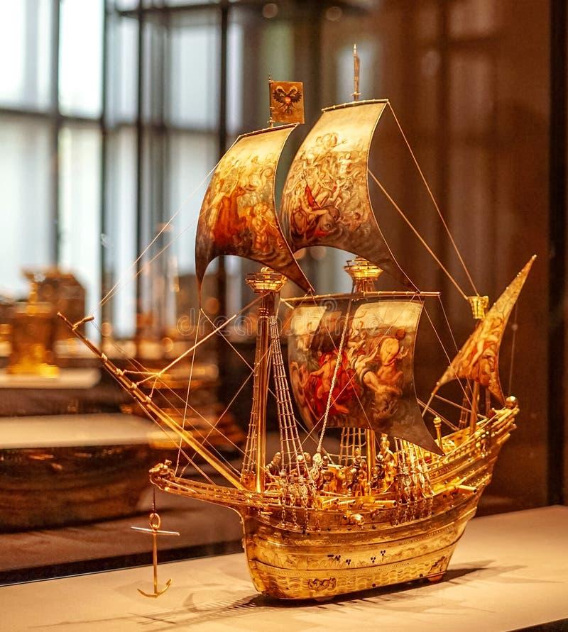 Bateau à voile d'or au musée de beaux-arts de Vienne images libres de droits