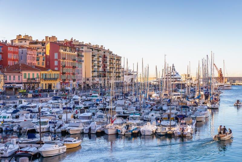 Bateau à voile d'hommes pour pêcher dans le matin au port de Nice, France images libres de droits