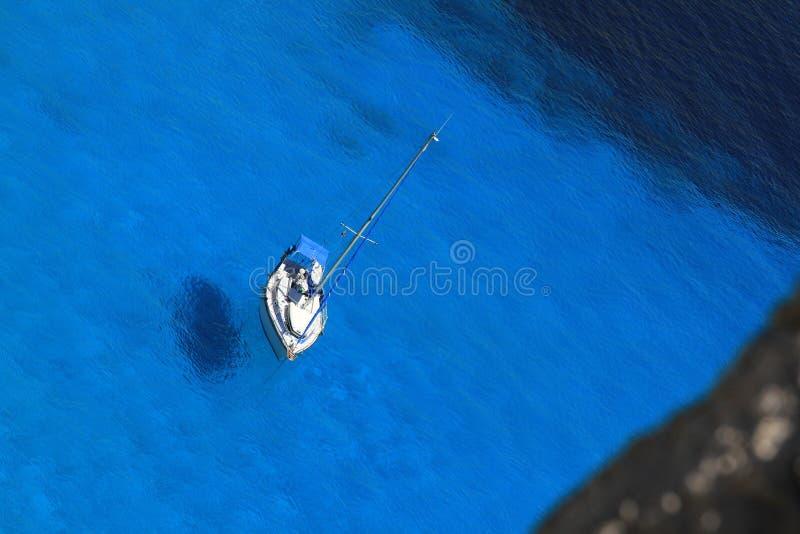 Bateau à voile dans l'eau bleue photos stock