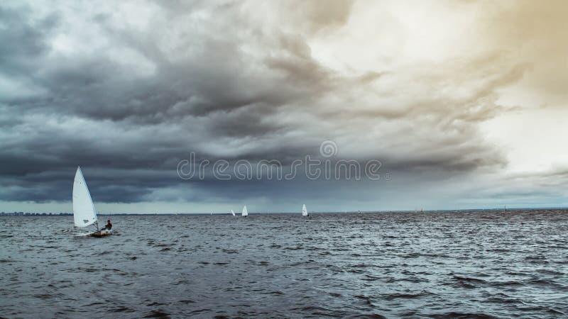 Bateau à voile dans l'océan photographie stock
