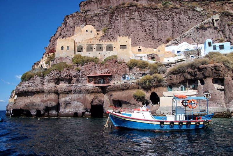 Bateau à voile dans la baie de l'île de Santorini, Grèce photographie stock