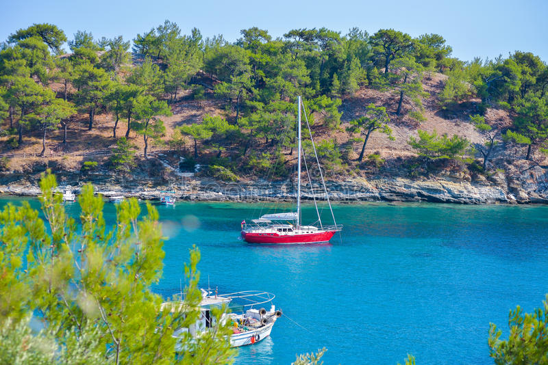 Bateau à voile dans la baie de la belle plage d'Aliki, île de Thassos, Grèce image stock