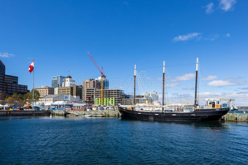 Bateau à voile dans le port de Halifax au Canada image libre de droits
