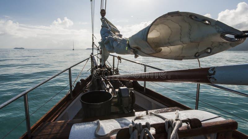 Bateau à voile dans le vent image libre de droits