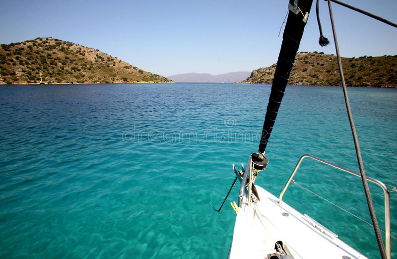 Bateau à voile dans méditerranéen photo stock
