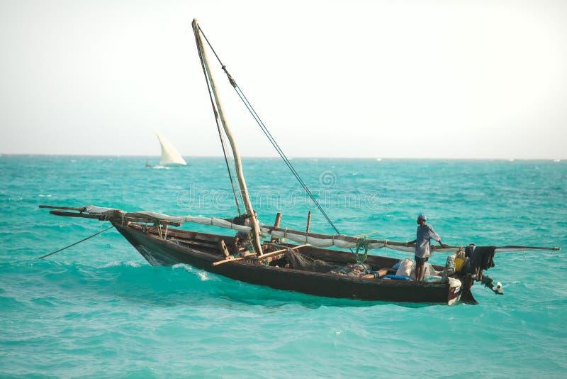 Bateau à voile de dhaw en mer image stock