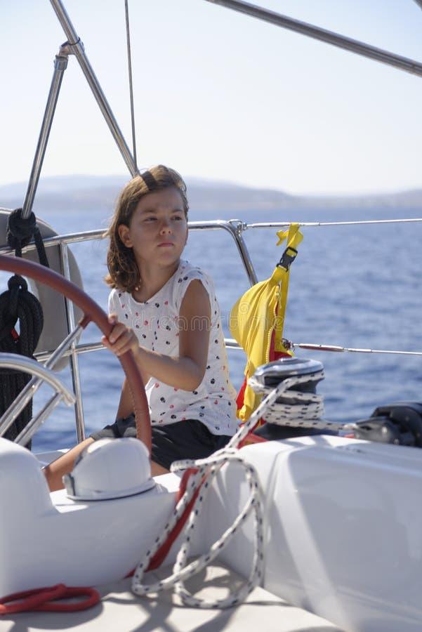 Bateau à voile de fille en mer photos libres de droits