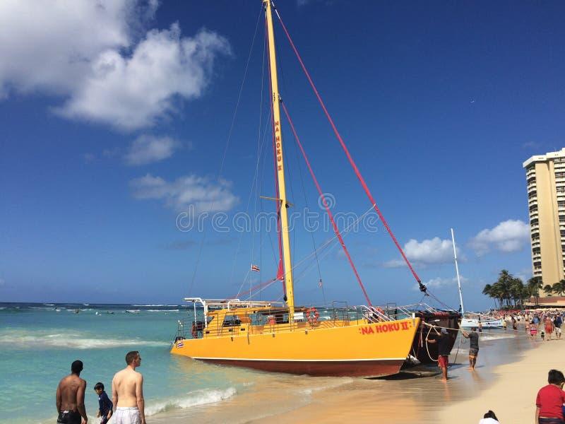 Bateau à voile de plage de Waikiki images libres de droits