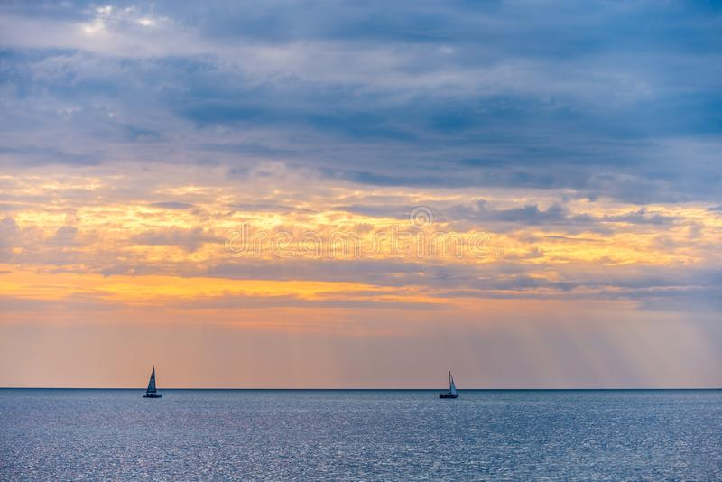 Bateau à voile deux au coucher du soleil photographie stock libre de droits