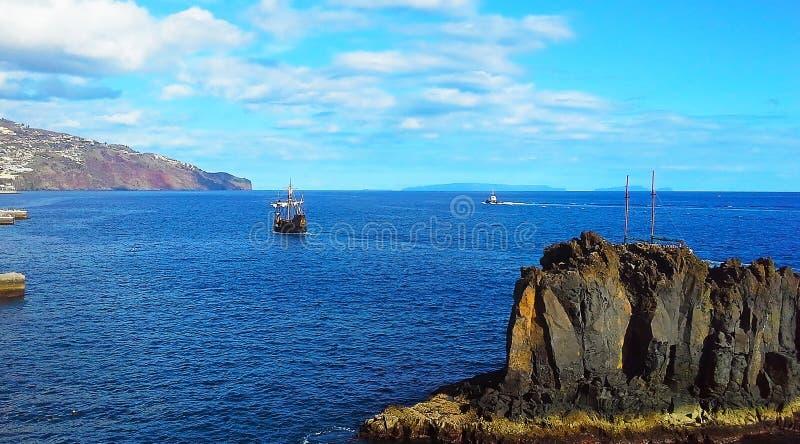 Bateau à voile deux et un bateau dans l'océan La Madère, Funchal, Portugal images libres de droits