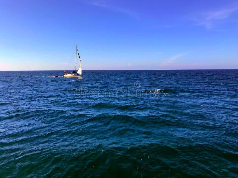 Bateau à voile en grande mer, le golfe de Thaïlande images stock