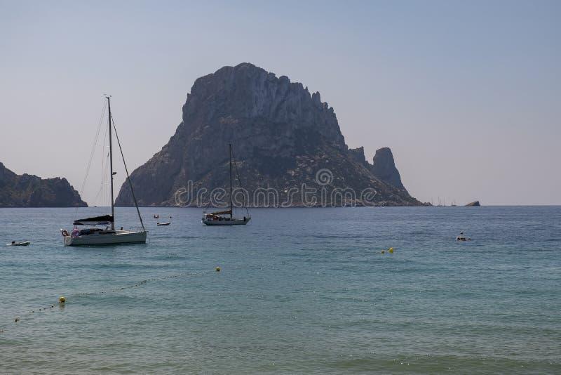 Bateau à voile à la mer calme photos libres de droits