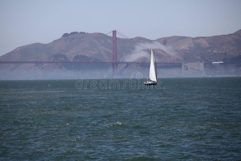 Bateau à voile près du Golden Gate photographie stock