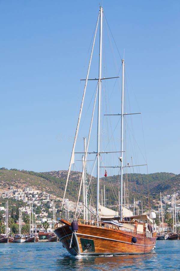 Bateau à voile quittant la marina de Bodrum, Turquie image stock