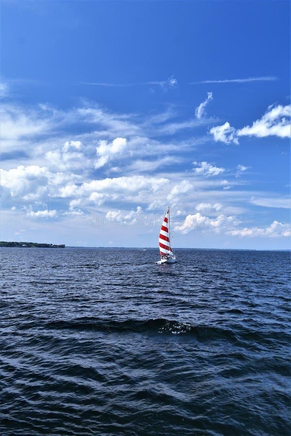 Bateau à voile rouge et blanc sur le lac Champlain, New York, États-Unis. États-Unis photos libres de droits