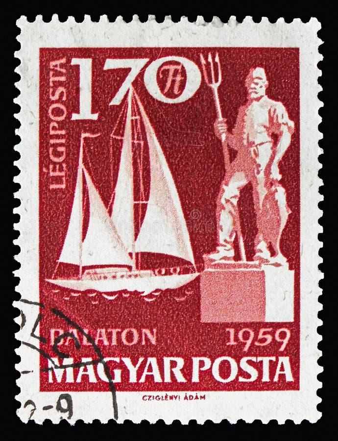 Bateau à voile Saturnus et statue de pêcheurs, serie du Lac Balaton, vers 1959 photographie stock libre de droits