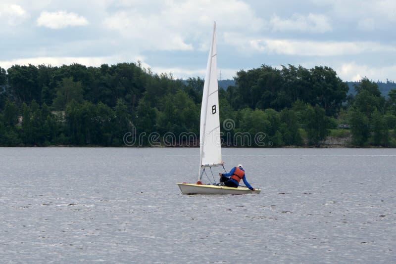 Bateau à voile sur l'eau avec l'équipage photographie stock libre de droits