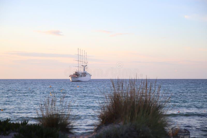 Bateau à voile sur l'océan photo libre de droits